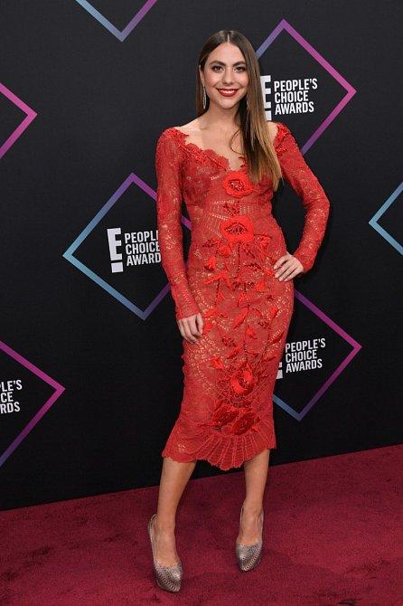 Neteř modelky Sofie Vergara oblékla na předávání červené vyšívané šaty. Svůj bod za extravaganci si vysloužila botami s obří platformou ve stříbrné barvě. Trochu děsivé, ale vlastně docela pěkné.