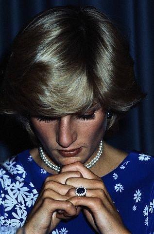 Prsten, který zdobí prst Kate, patřil Dianě.