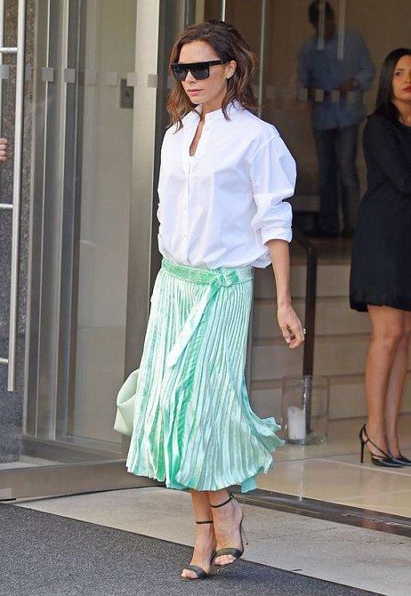 Victoria Beckham zkouší kousky ze své vlastní kolekce.