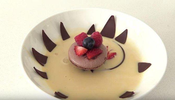 Po zalití teplým krémem se čokoládové plátky rozevřou, což je velmi efektní moment. Doporučujeme jej nepropásnout! :-)