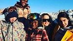 5. 1. 2017 - Madonna s dětmi na lyžích - Na fotce je s ní Rocco, Mercy, David Banda and Lourdes Leon.