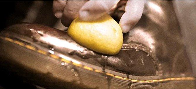 Když vám začnou boty zapáchat, vložte do nich oloupanou bramboru. Ta do sebe totiž absorbuje vůně, takže ráno nebude po nepříjemném zápachu ani památky. Loupané brambory můžete rovněž použít pro vyčištění kožených bot.
