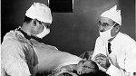 Walter Freeman nad pacientkou, které provedl transorbitální lobotomii