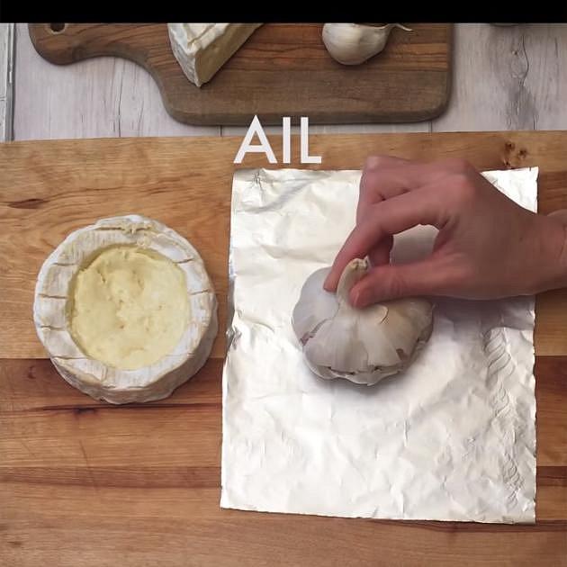 Ve vrchní části Camembertu vykrojte větší kolečko. Na alobal se dejte celou paličku česneku, rozkrojte ji a polijte ji olivovým olejem.