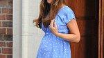 Kate zvolila šaty jednoduchého střihu, které ale její bříško po porodu nijak nemaskovaly.