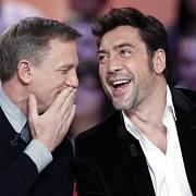 Daniel Craig a Javier Bardem mají důvod k úsměvu, bondovka trhá rekordy v návštěvnosti.