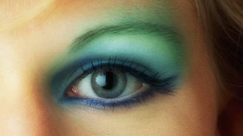 6 kroků, jak se líčit při nošení kontaktních čoček