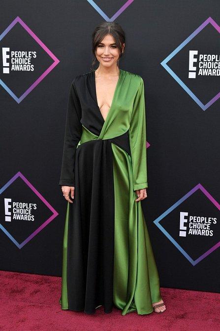 Šaty Cassidy Morris by bývaly mohly být docela pěkné, kdyby měla velikost odpovídající její postavě. Šaty, které jí evidentně neseděly vůbec nikde, jsou dost krok mimo.