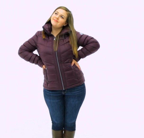 Oproti tomu bunda z mikrovlákna, která hřeje, ale není příliš naducaná a je lehce pod pas, je to ideální pro ženy, které mají širší rozměry.