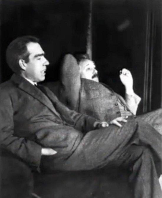 Niels Bohr a Albert Einstein společně debatují o kvantové fyzice