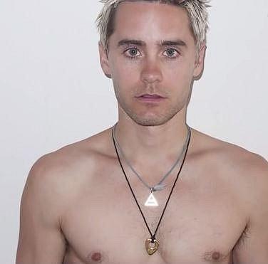 Jared je obdivován pro to, jak se dokáže změnit kvůli roli. Má za sebou už zhubnutí na 53 kilogramů, ale také nabrání 30 kilogramů...
