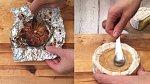 Česnek zabalte do alobalu a pečte v troubě vyhřáté na 200 °C cca 35 minut. Poté alobal opatrně rozbalte a upečený česnek lžičkou namažte do vykrojené části sýru.