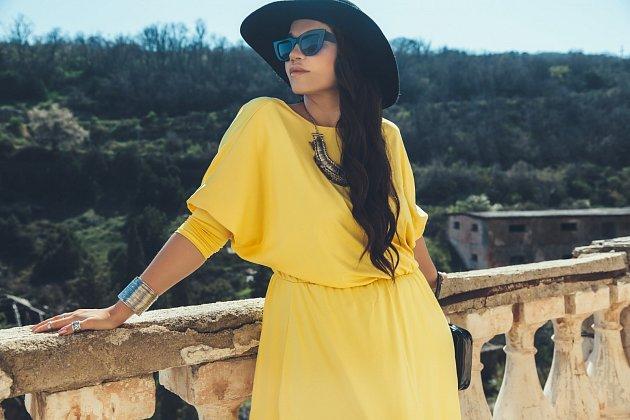 Jednobarevné šaty pro plnoštíhlé