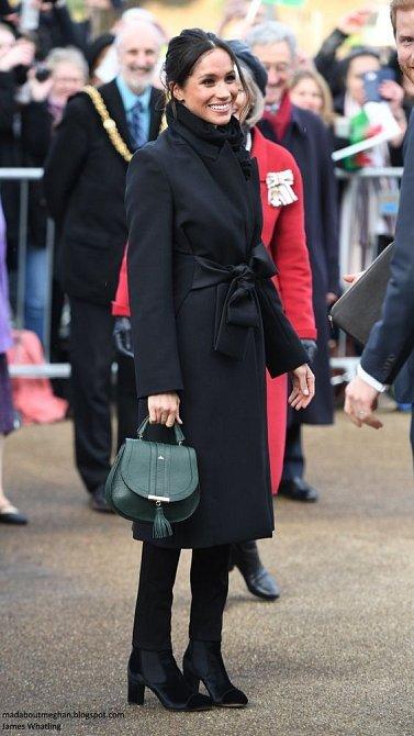 Od té doby, co je z ní Vévodkyně, praví etiketa jinak a Meghan musí chodit v casual smart dresscodu.