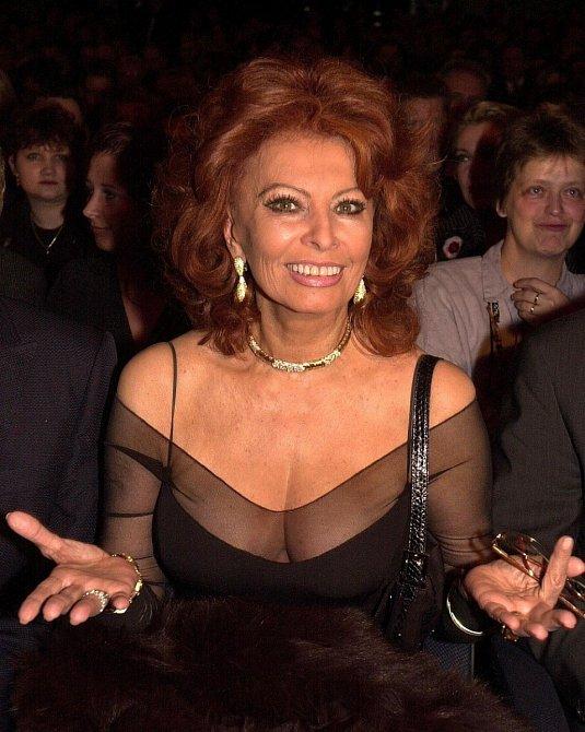 Sophia Loren se obléká i líčí úměrně svému věku.
