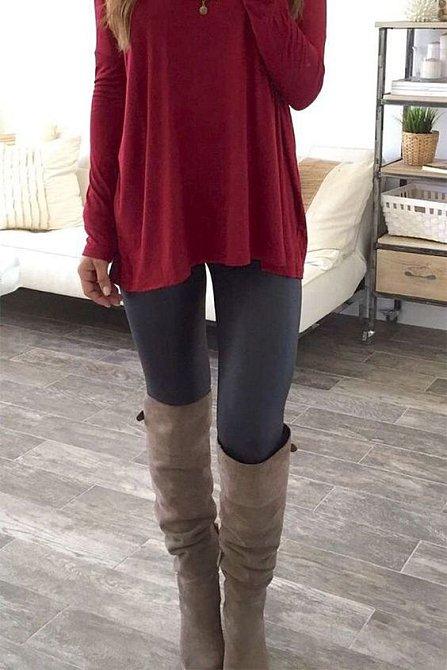 Elegantnější varianta jsou kozačky a dlouhé tričko či svetr.