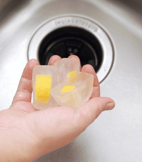 Pokud zapáchá váš odpad, utvořte si ve tvořítku na led kostky z kombinace vody, citrónu a octa. Dejte do odpadu a uvidíte jaké zázraky se stanou až se ta směs rozpustí.