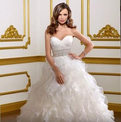 7. Platinové svatební šaty