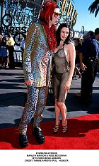 Skoro nahá Rose McGowan a Marilyn Manson na hudebních cenách MTV v Hollywoodu 10. září 1998.