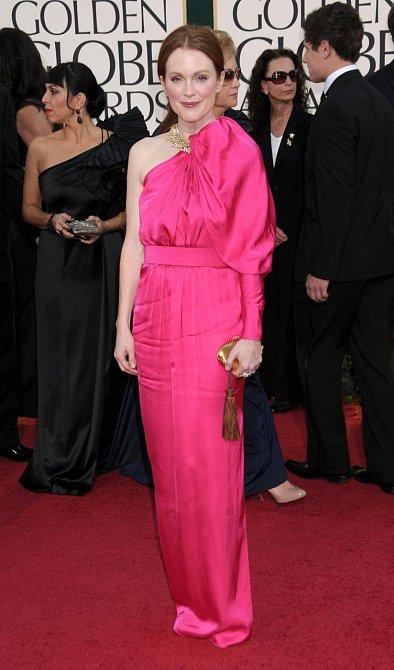 Nominovaná Julianne Moore na červeném koberci zazářila v růžovém saténovém modelu s jedním odhaleným ramenem.