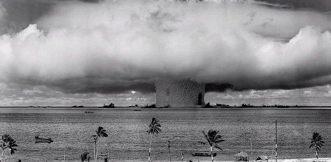 Atol Bikini je pověstný tím, že na něm americká armáda testovala svůj jaderný arzenál. Mezi roky 1946 až 1958 zde proběhlo 23 jaderných výbuchů. Oblast byla kvůli záření neobyvatelná, americká vláda zaplatila obyvatelům přes 2 m...