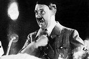Adolf Hitler proslul agresivní gestikulací.