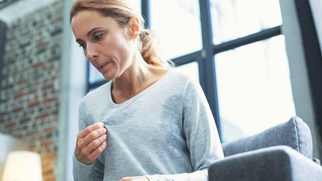 Žena v menopauze trpí silnými návaly horka a dalšími symptomy, které jí omezují.