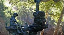Sochy na Neverlandu odkazují na dětské hry.