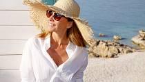 Chraňte se před sluncem. Sluneční záření nám přidává vrásky a způsobuje vznik hnědých skvrn.