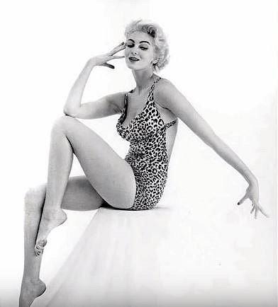 Carmen Dell´Orefice - 177 cm, prsa: 91 cm, pas: 66 cm, boky: 99 cm. Carmen je známá coby nejdéle pracující modelka. Na titulce Vogue se objevila už ve svých 15 letech.