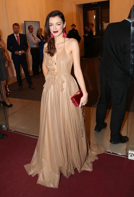 A ještě Jitčin model bez kožíšku. Šaty v pudrové barvě daly vyniknout její éterické postavě.