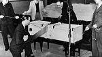 Tento trik poprvé uvedl ve své show v roce 1920 Američan P.T. Selbit. Jeho asistentka tehdy jen v rychlosti přitáhla nohy k bradě a zbytek bedny tak zůstal prázdný.