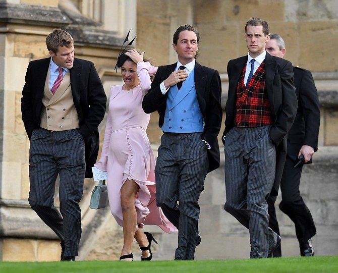 Hosté na svatbě byli oblečeni dle etikety.