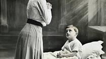 Pevné podání ruky: I rodičům starších dětí bylo doporučováno s výchovou bez citů pokračovat. Děti vítat podáním ruky, chválit poplácáním po hlavě a na dobrou noc dát maximálně pusu na čelo.