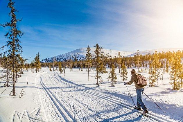 V době Velikonoc je v Norsku ještě sníh. Den volna tráví Norové na běžkách.