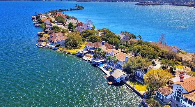 Na jezeře je několik domů a domků.