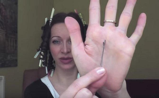 Pérka nebo skřipečky k fixaci vlasů omotaných kolem brčka.