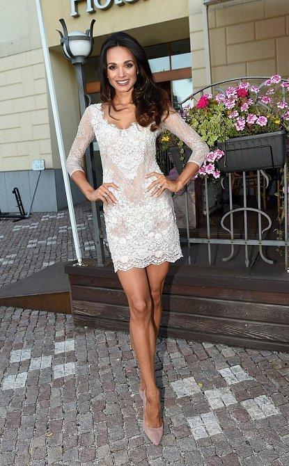 K éterické Gábině zkrátka bílé krajkové šaty ladí! I přesto, že jde střihem spíše o umírněný model, díky modelčině osobnímu kouzlu je to nakonec krásná podívaná.