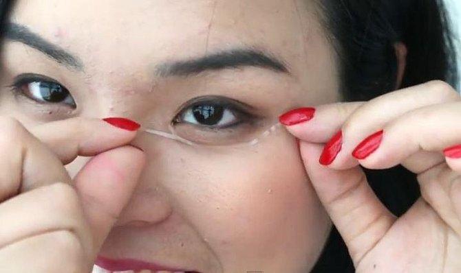 Tato pomůcka by vám měla pomoci zneviditelnit pytle pod očima.