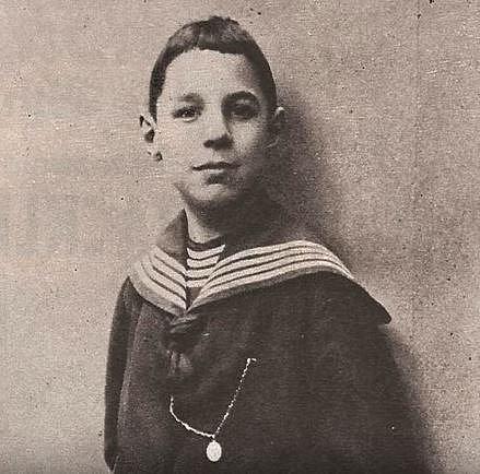 Maurice byl krásný blonďatý chlapeček, ovšem v pubertě začal trpět syndromem, který způsobuje růst obličeje, rukou a nohou.
