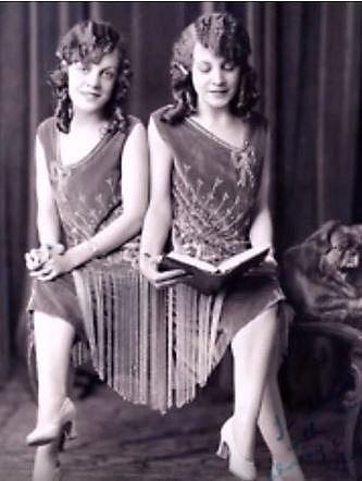 Daisy a Violet Hiltonovy prožily velmi krušné dětství a dospívání. Matka svá siamská dvojčata prodala prakticky hned po narození do cirkusu. Tam musely dívky doslova otročit bez nároku na mzdu a ještě po večerech vystupovat. Navíc by...