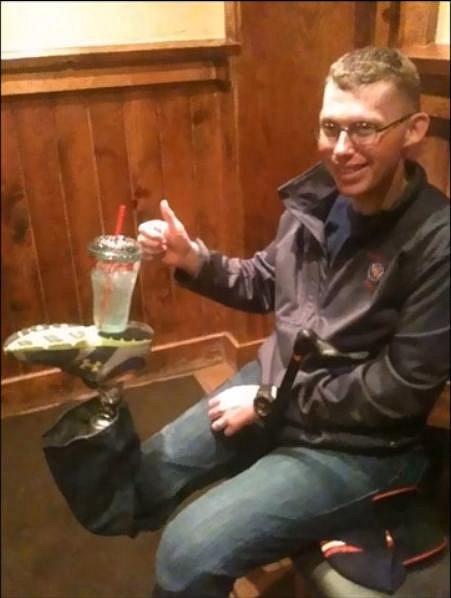 Nemáte po ruce stolek, ale kamaráda s protézou? Problém vyřešen.