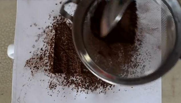 Teď už stačí přes sítko posypat šablonu kávou, kakaem, nebo třeba skořicí.