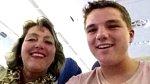 Gary Slot se svou maminkou pořídil toto selfie pár minut před tím, než bylo letadlo, ve kterém cestovali, sestřeleno nad Ukrajinou