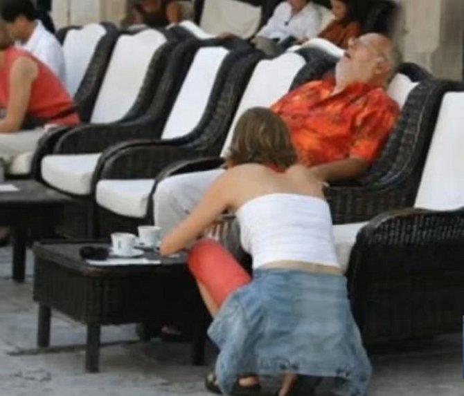 Pán jen usnul a slečna si zvedá spadlou náušnici.