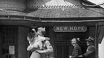4. Mladá žena v objetí se svým přítelem, který narukoval do války, nádraží v Connecticutu, 1945