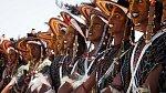 Ilustrační foto - příslušníci kmene Wodaabe tančí a zpívají na festivalu Gerewol