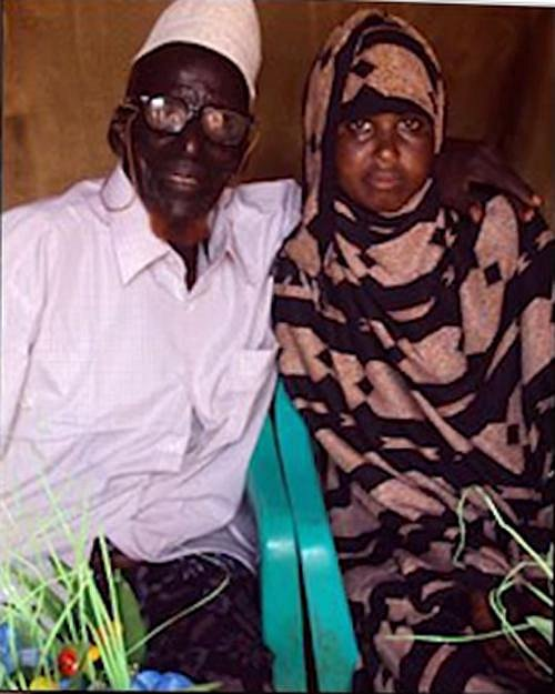 Ahmed Muhamed Dore pózuje se svou novomanželkou Safií Abdulleh