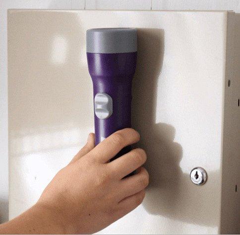 Magnetem si můžete na lednici přidělat i baterku, kdyby přestal fungovat proud, máte ji hned po ruce.