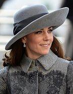 Oslava se konala v Londýně ve Westminster Abbey 14. 3. 2016 a vybraný klobouk hodně zakrýval Kateinu tvář.
